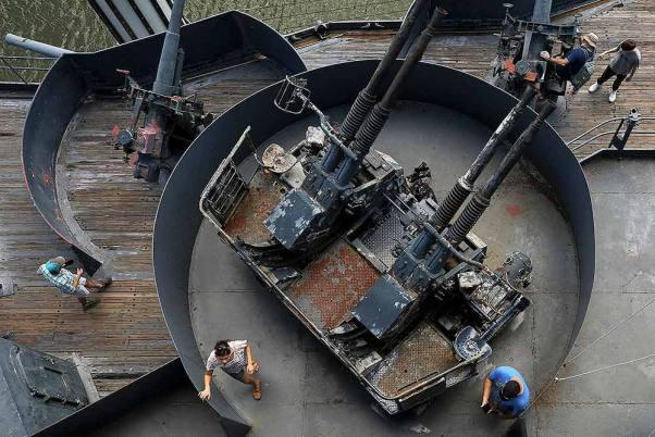 Cientos acuden al acorazado USS Texas antes de su cambio de ubicación