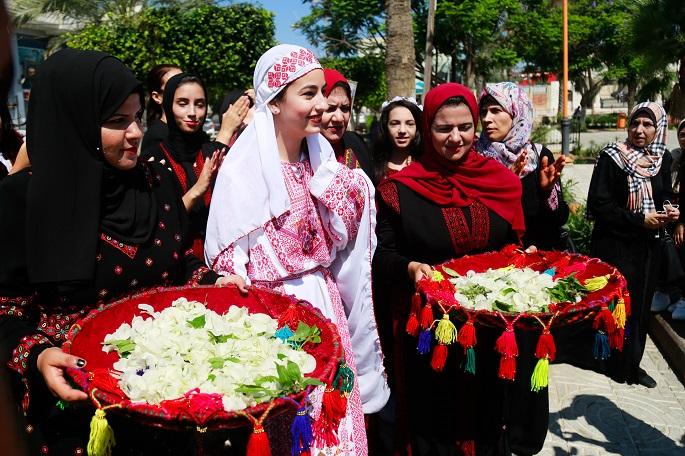 Palestinos en Gaza celebran el día del traje tradicional