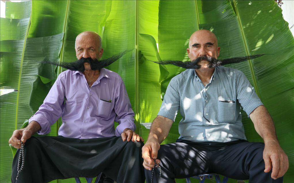 Hombres turcos con bigotes largos