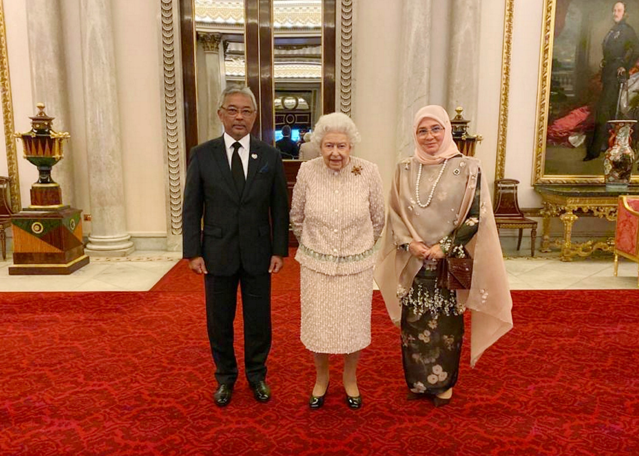 Malaysia's King and Queen with Britain's Queen Elizabeth